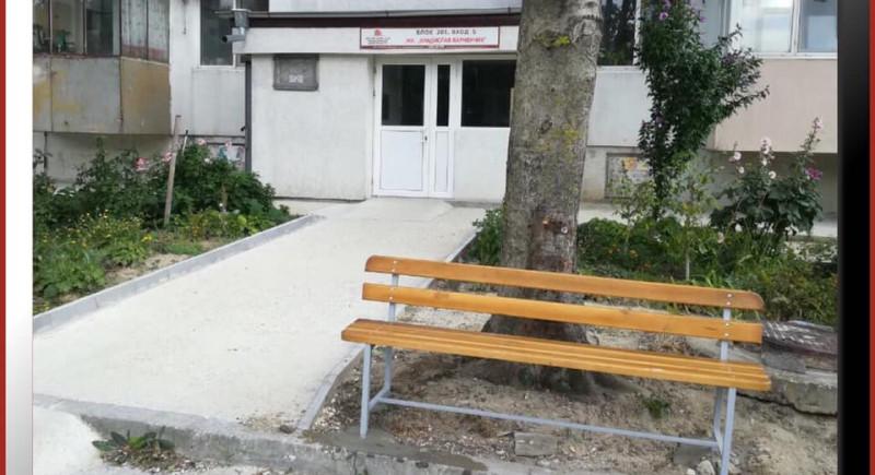 Поставяне на пейка пред входа